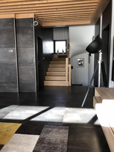 Obývačka a schodisko